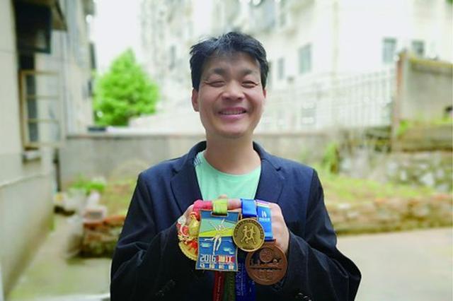 株洲男子失明后坚持跑步 参加多次马拉松赛事