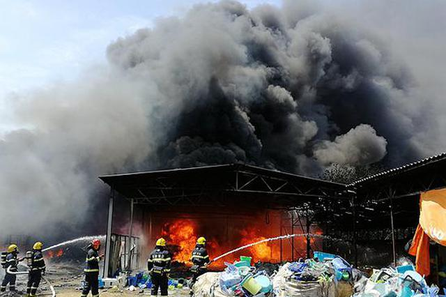 湘潭消防部门成功处置一废品回收站火灾 无人员伤亡