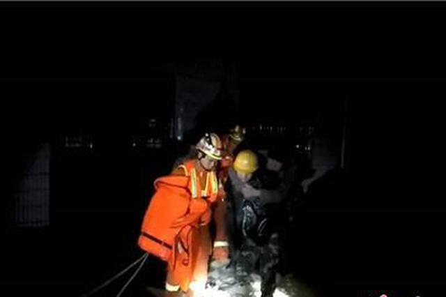 益阳桃江7人遭渍水围困 村民汇集手电光助消防营救