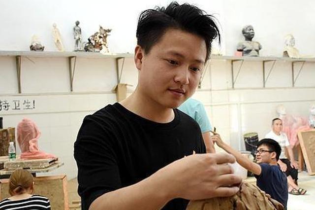 湘潭一研究生几近失明 用约6年时间创作60余件艺术品