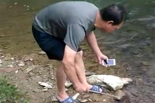 邵阳一村民在南山森林公园捉到娃娃鱼 林业人员放生