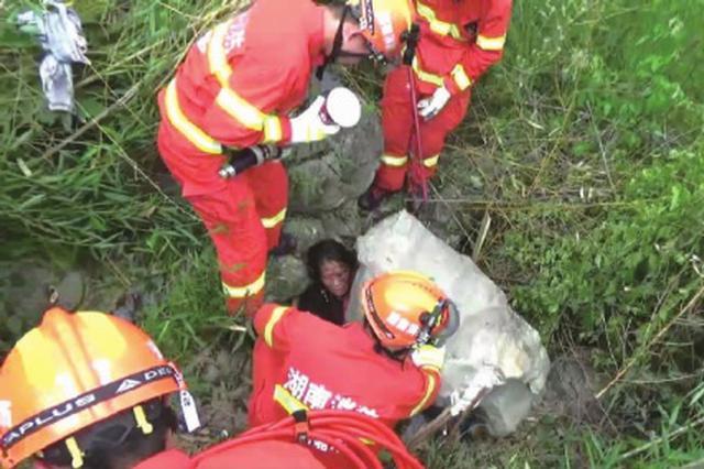 郴州一女子被巨石压住 嘉禾消防精准移石救人