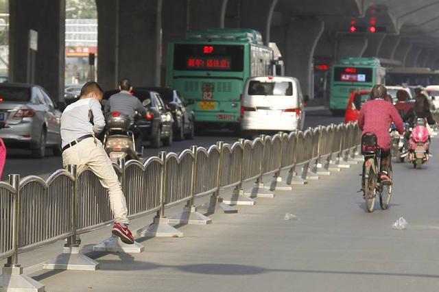 娄底一男子在公交站台抢金项链 翻越护栏后不见踪影
