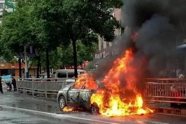 湘西路边一小车突然自燃 夏天到了司机要注意这些