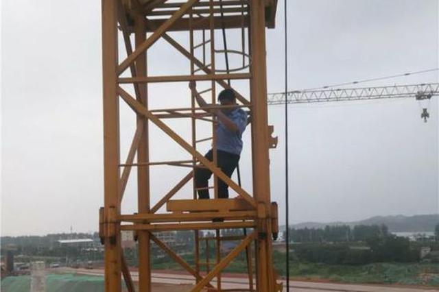 长沙一男子因工程钱没结清 爬上几十米高塔吊欲轻生