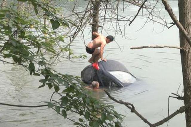 怀化:司机夜晚开车冲进河 民警奋勇救起两人