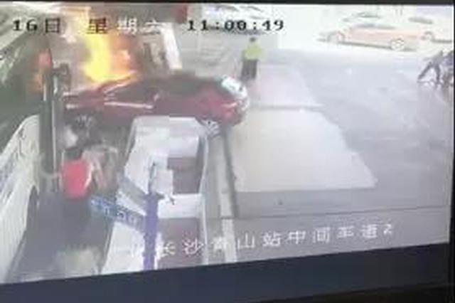 长沙加油站被撞起火 38秒成功救援!