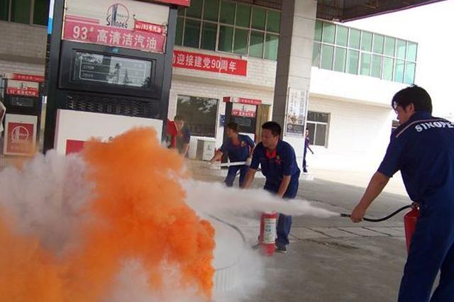 长沙一家加油站员工临危不惧 38秒扑灭油站大火