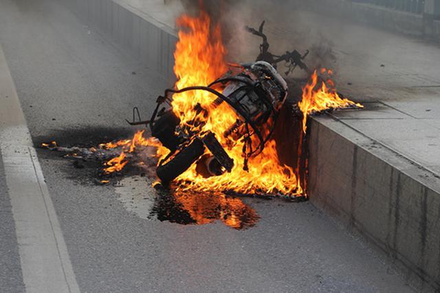 摩托车自燃惊百姓 新化消防妥善处置