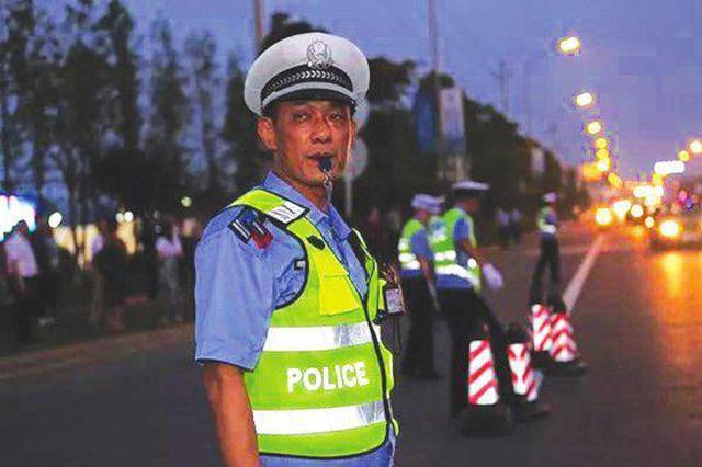 """益阳一男子是交警的""""四库全书"""" 去世前还想着工作"""