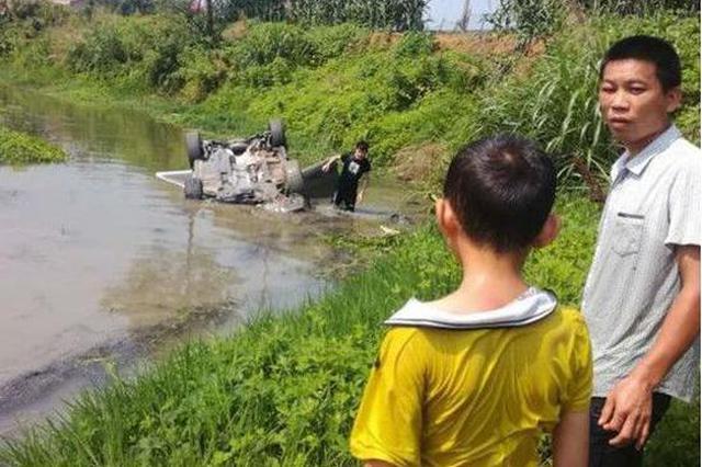 娄底一汽车冲入河中陷入泥沙3人被困 抢救及时无伤亡