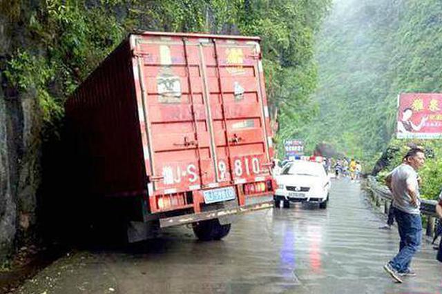 常德一货车失控撞山体司机被困 警民联手救援
