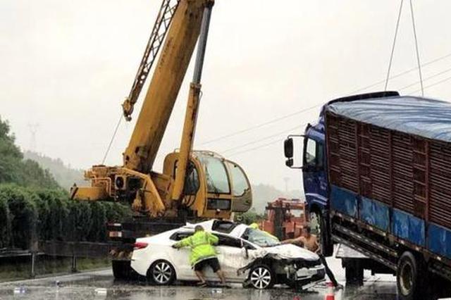 邵阳:高速上两车撞向护栏 各部门冒雨奋战5小时