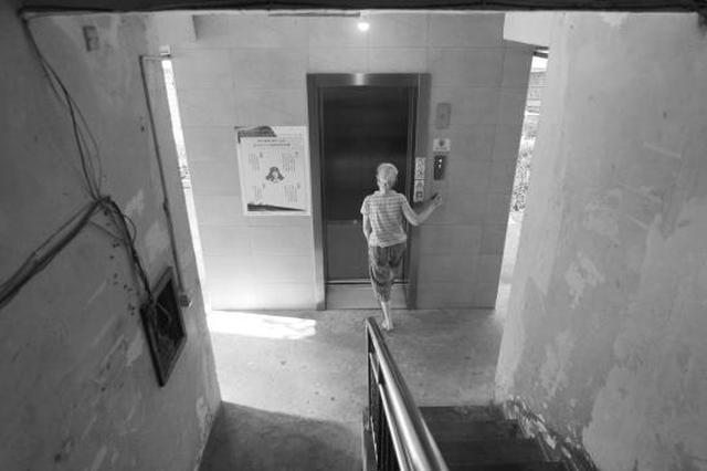 21日,长沙韶山路银园公寓,市民坐电梯上楼。 图/记者金林