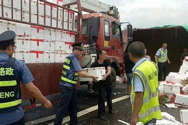 永州境内一大货车司机将上千件荔枝开翻在高速上