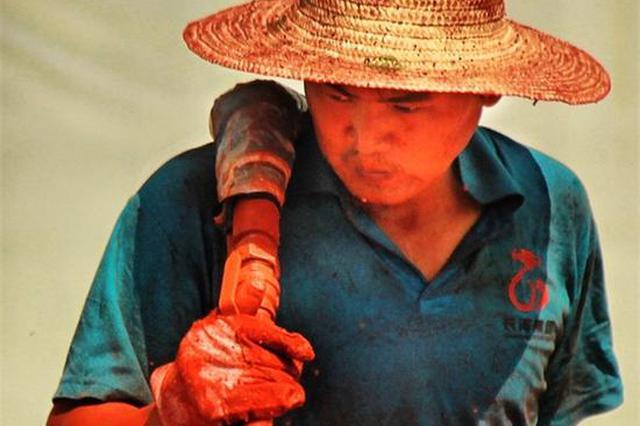 湖南:高温下劳动者默默坚守 让城市变得更美好