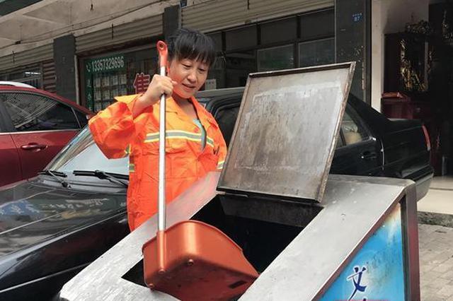 湘潭女子骑车摔伤 环卫工人帮助后默默离开