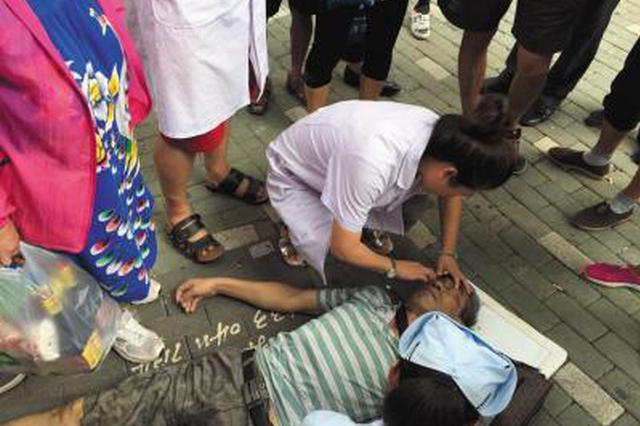 男子突发疾病晕倒路旁 快警紧急救助转危为安
