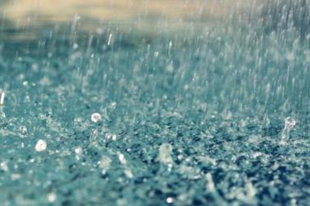 长沙一老人雨中蹒跚独行 公交司机暖心帮助