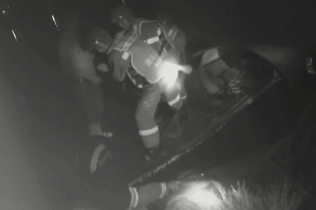 永州零陵一女子深夜落水 路人合力救人