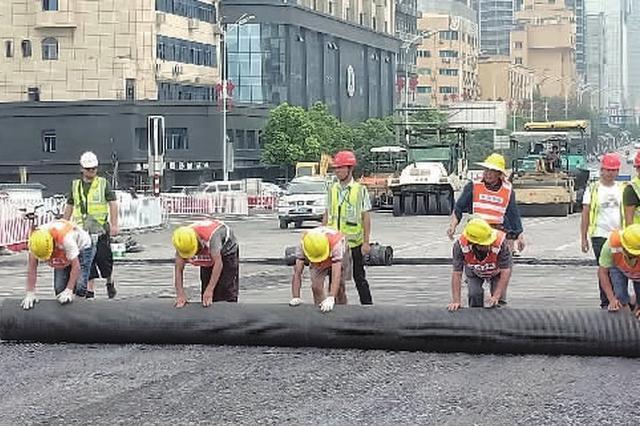 橘子洲大桥提质改造 全封闭期间完成沥青摊铺