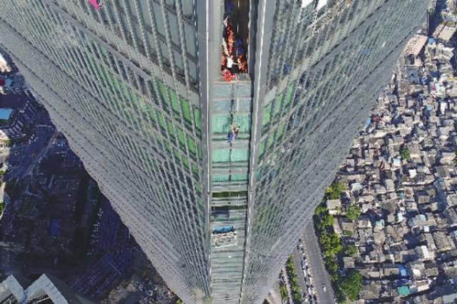 长沙两名维修工被困57楼高空 消防3小时成功营救