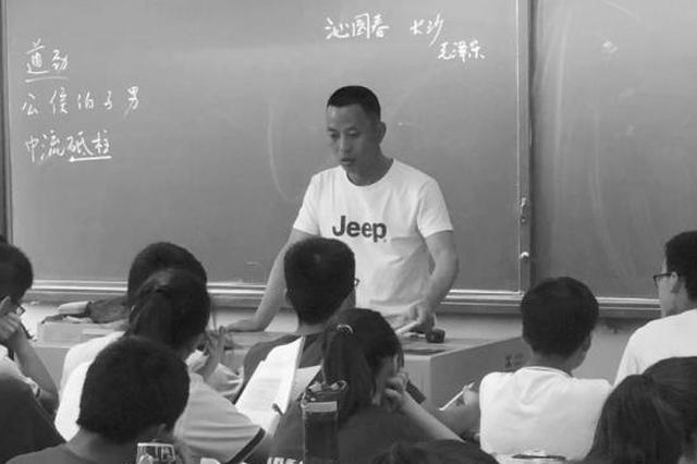 给学生上课的李显鸿。图/记者沈颢