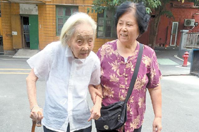 天气好时,陈美新每天都会带着97岁的继母张云仙外出散步。(王超 摄)