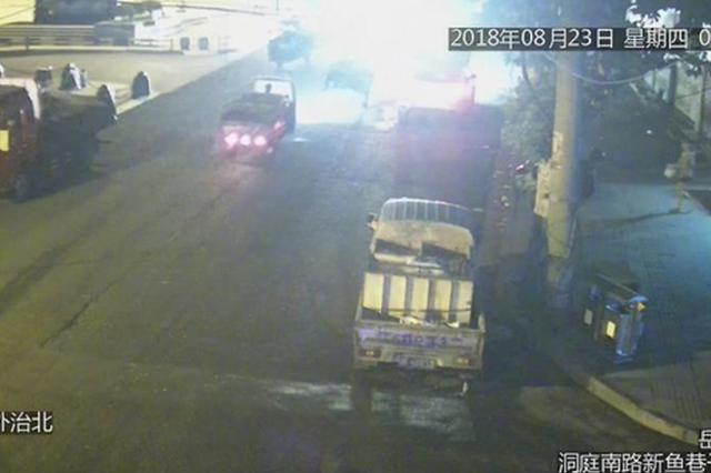 岳阳一辆三轮车撞人就跑 监控拍下一切