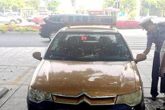 常德交警查获并重罚一辆多项违法的冒牌出租车