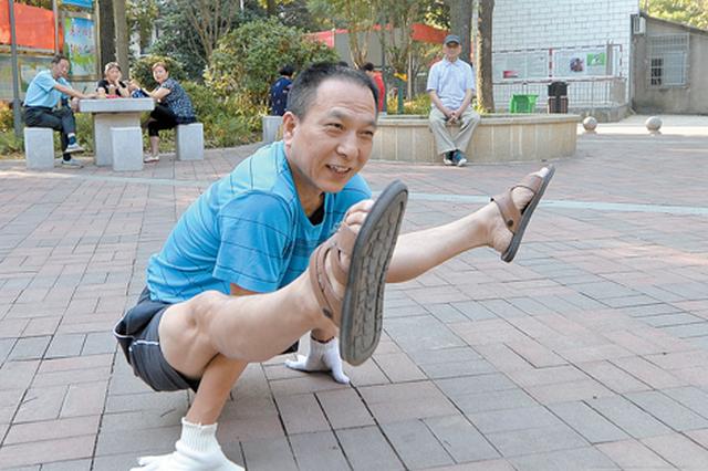 湘潭老爹爱玩柔术体操 倒立劈叉不在话下