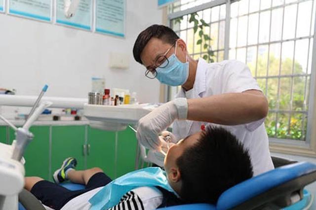 湖南省胸科医院健康管理中心口腔门诊医生在给彬彬做治疗。 杨正强摄