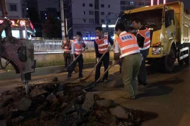 长沙雨花区市政通宵达旦修复南雅中学附近破损路面