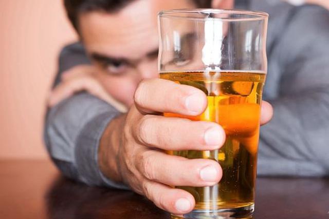 长沙男子24瓶啤酒海量狂欢 导致胆结石突发