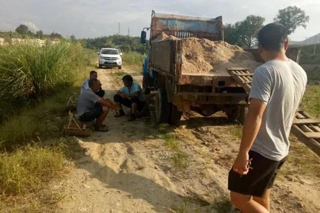 岳阳查处一起非法采砂石行为 扣押非法运输车辆3台