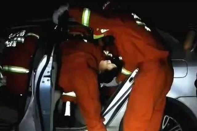 娄怀高速一轿车撞围栏致1人被困 涟源消防破拆救援