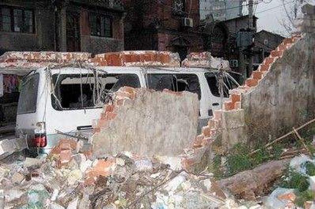 围墙倒塌成隐患 湘潭岳塘区建设路街道快速处理
