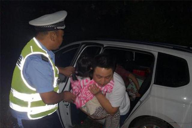 中秋夜小车翻到水沟里 岳阳交警救起一家四人
