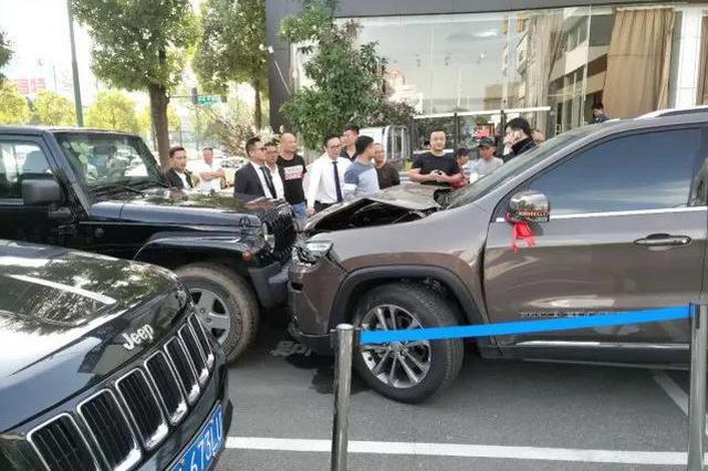 长沙一女子4S店门口驾车连撞7台车!原因竟是…