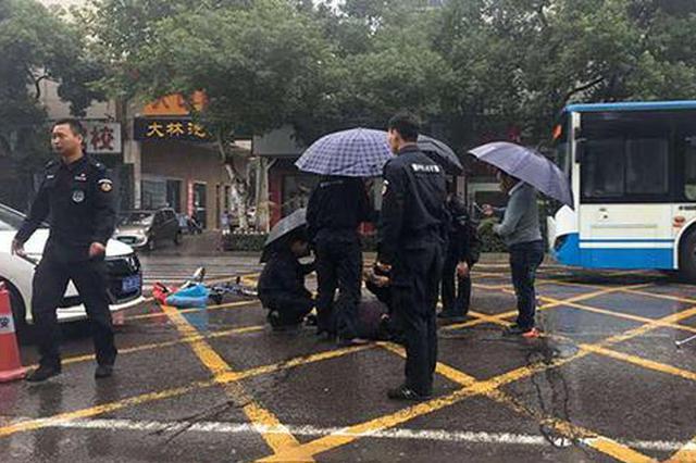 """暖心!长沙巡警为车祸老人撑起""""生命之伞"""""""