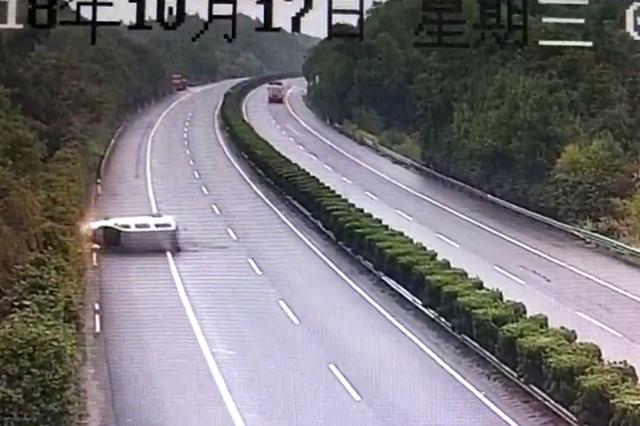 暖风吹得疲劳司机高速公路自己撞翻自己