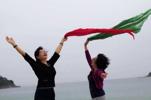 长沙娭毑喜欢出国游 拍照和丝巾是旅游标配