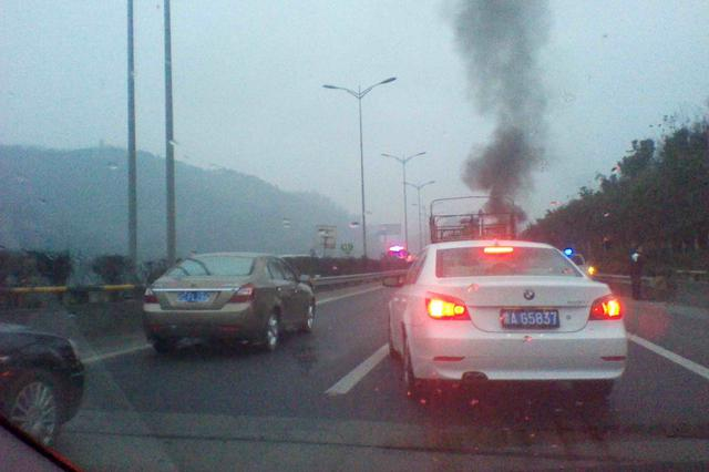车辆未定期检验 线路老化 在杭瑞高速岳阳段自燃