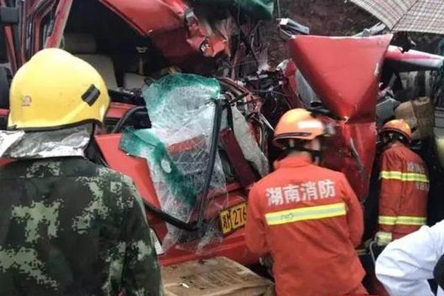 衡南两重型货车相撞 警民合力冒雨苦战18小时救人排险
