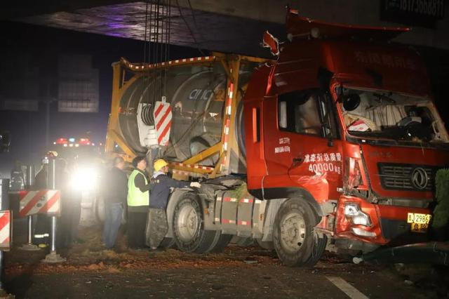 惊险!29吨黄磷罐车高速侧翻 常德消防紧急救援