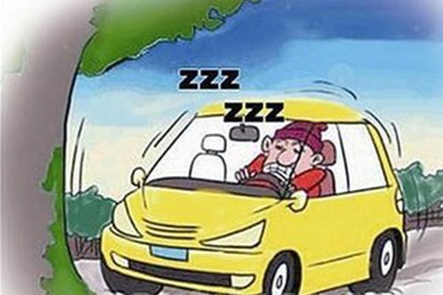沪昆高速株洲段一司机打瞌睡 面包车撞向山坡