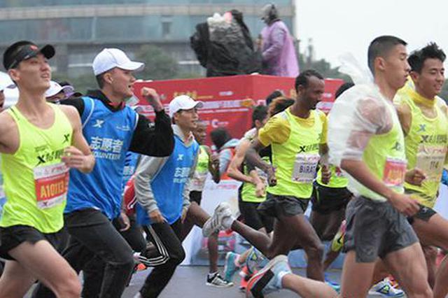 广汽三菱2018长沙国际马拉松赛在贺龙体育中心东广场鸣枪起跑。本文摄影/罗学尧