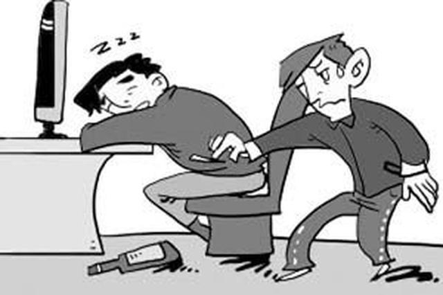 永州江華一男子網吧偷手機 監控拍下全過程
