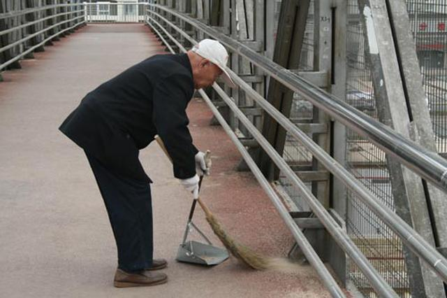 湘潭烟竹村有5位老人义务扫街十多年