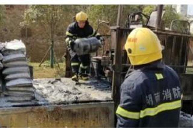 岳阳一工程车突发大火情况紧急 消防员成功转移4个气罐